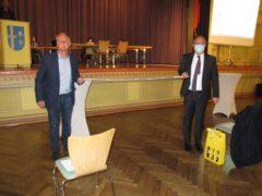 Ein amtierender Bürgermeistergewinnt die Wahl nicht auf dem letzten Meter, sondern auf der Langstrecke davor. Peter Kremer gratuliert Stefan Martus mit einem Metermaßstab in angemessenem Abstand..
